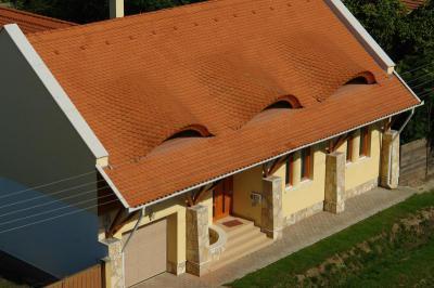 TONDACH® Hódfarkú kerámia tetőcserép piros színben - tető ötlet, rusztikus stílusban