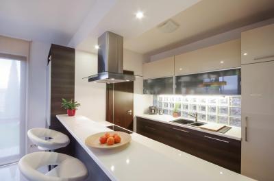 Keskeny konyha étkezőpulttal - konyha / étkező ötlet, modern stílusban