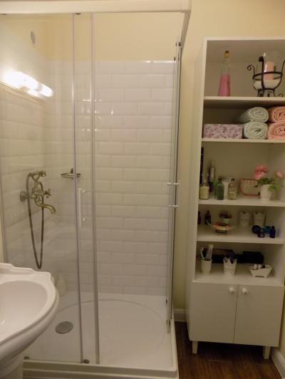 Kicsi fürdőszoba zuhanyfülkével - fürdő / WC ötlet, klasszikus stílusban