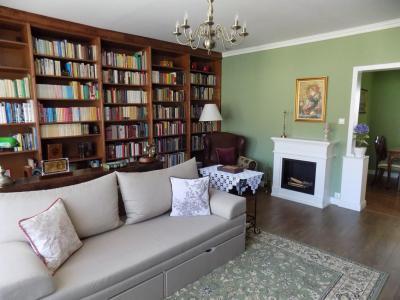 Könyvespolc és kandalló a nappaliban - nappali ötlet