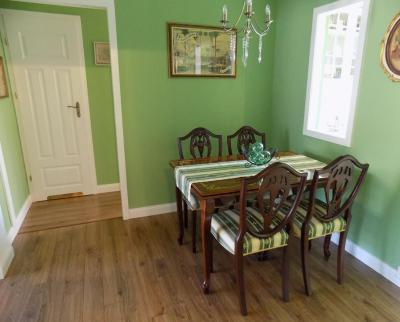 Klasszikus étkezőbútor zöld háttér előtt - konyha / étkező ötlet, klasszikus stílusban