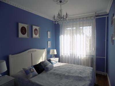 Kék fal a hálószobában - háló ötlet, klasszikus stílusban