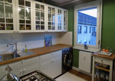 Zöld fal és fehér konyhabútor - konyha / étkező ötlet, klasszikus stílusban