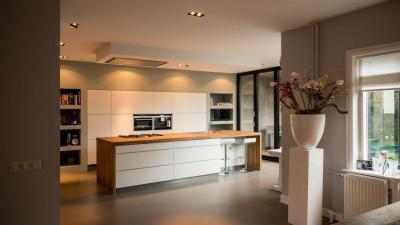 Tágas konyha nagyméretű konyhaszigettel - konyha / étkező ötlet, minimál stílusban