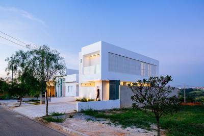 Kubusos épület betonkerítéssel - homlokzat ötlet, modern stílusban