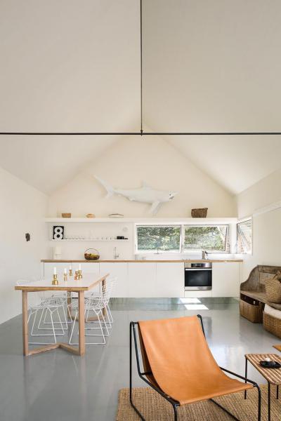 Tágas konyha egyszerű berendezéssel - konyha / étkező ötlet, modern stílusban