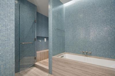 Mozaikcsempe és fapadló - fürdő / WC ötlet, modern stílusban