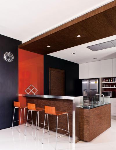 Látványos konyha étkezőpulttal - konyha / étkező ötlet, modern stílusban