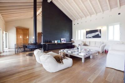 Nagy belmagasságú nappali kandallóval - nappali ötlet, modern stílusban