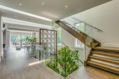 Modern kandallós nappali fa és beton burkolattal // HOMEINFO.hu - Inspirációtár