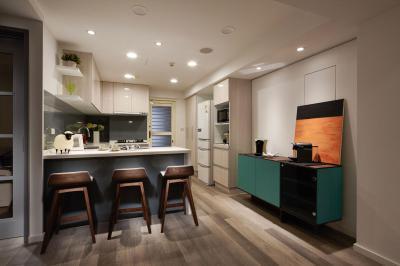 Nyitott konyha étkezőpulttal - konyha / étkező ötlet, modern stílusban