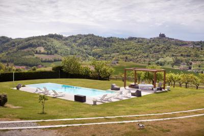 Tágas kert medencével - kert / udvar ötlet, mediterrán stílusban