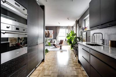 Fekete konyhabútor parkettával - konyha / étkező ötlet, modern stílusban