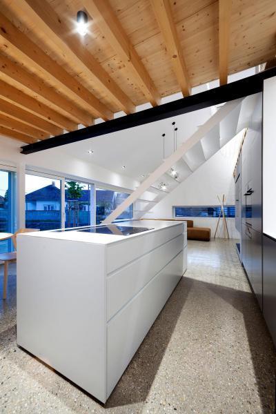 Konyha a galéria alatt - konyha / étkező ötlet, modern stílusban