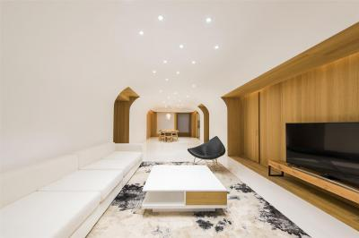 Fehér nappali faburkolattal - nappali ötlet, modern stílusban
