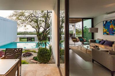 Tolóajtóval egybenyitott terasz és nappali - erkély / terasz ötlet, modern stílusban