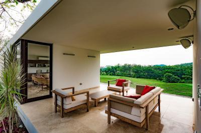 Kétoldalról nyitott, felül fedett terasz - erkély / terasz ötlet, modern stílusban