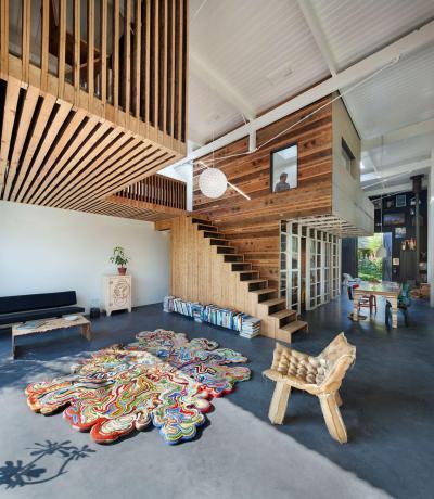 Különleges nappali galériával - nappali ötlet, modern stílusban