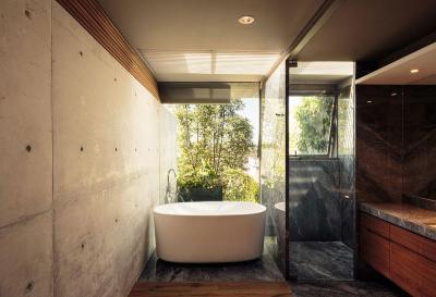 Látszóbeton és sok üveg a fürdőben - fürdő / WC ötlet, modern stílusban