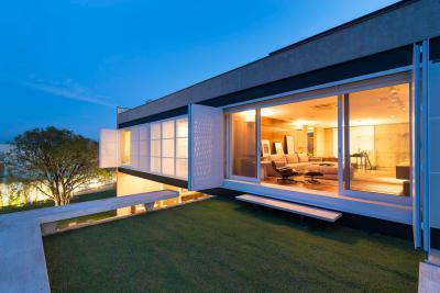 Hangulatos tetőterasz pázsittal - erkély / terasz ötlet, modern stílusban