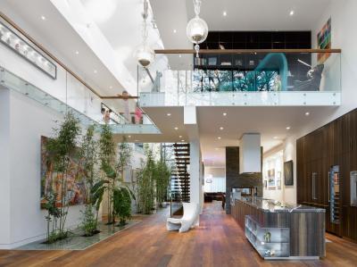 Tágas belső tér galériával - konyha / étkező ötlet, modern stílusban
