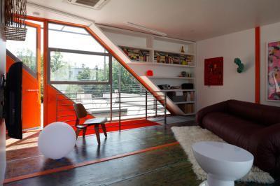 Rendhagyó formájú ablak - nappali ötlet, modern stílusban