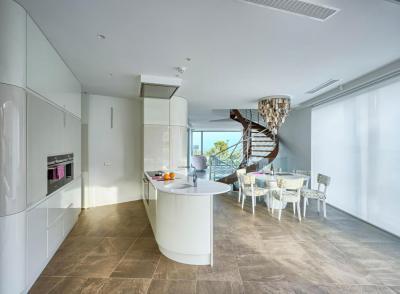 Fehér konyha csigalépcsővel - konyha / étkező ötlet, modern stílusban
