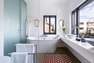 Fürdőszoba nagy ablakkal - fürdő / WC ötlet, modern stílusban