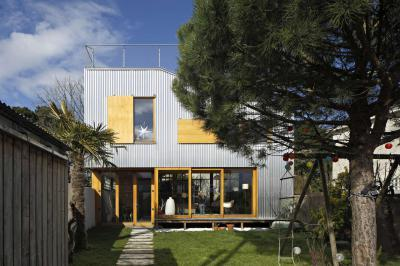 Modern lakóház kicsi kerttel - homlokzat ötlet, modern stílusban
