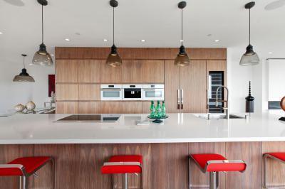 Natúr színek pirossal - konyha / étkező ötlet, modern stílusban