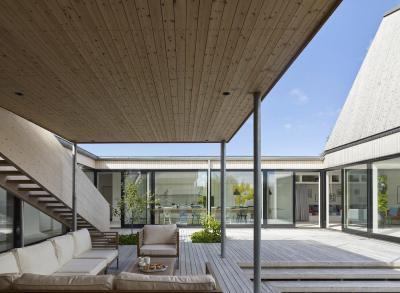 Fedett terasz kényelmes bútorzattal - erkély / terasz ötlet, modern stílusban