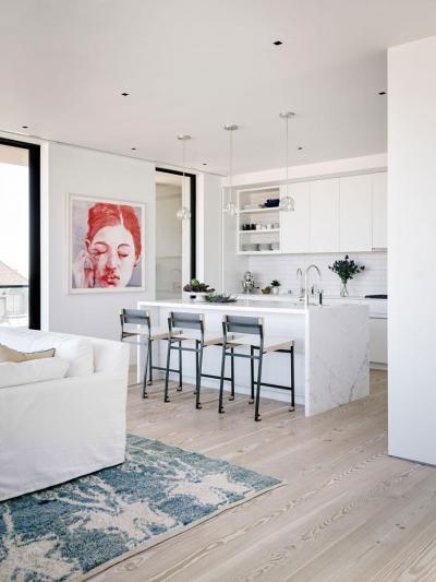 Fapadló és fehér konyhabútor - konyha / étkező ötlet, modern stílusban