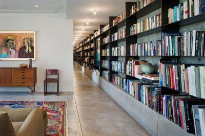 Egész falat borító könyvespolc - nappali ötlet, modern stílusban