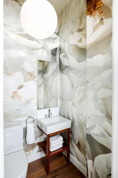 Látványos burkolat a fürdőben - fürdő / WC ötlet, modern stílusban