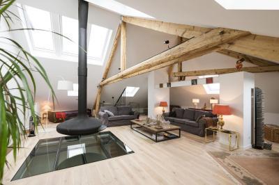 Tetőtéri nappali üveg padlóbetéttel - nappali ötlet, modern stílusban
