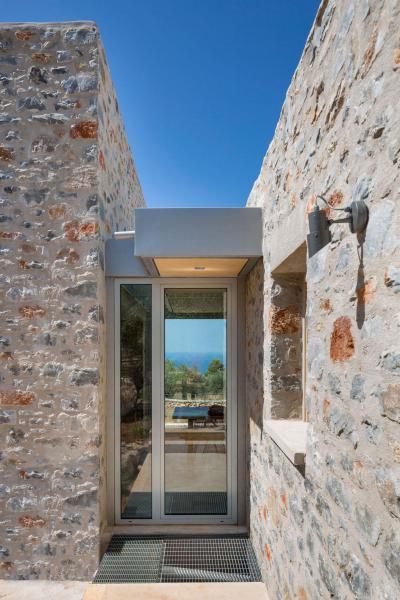 Modern bejárati ajtó rusztikus környezetben - bejárat ötlet