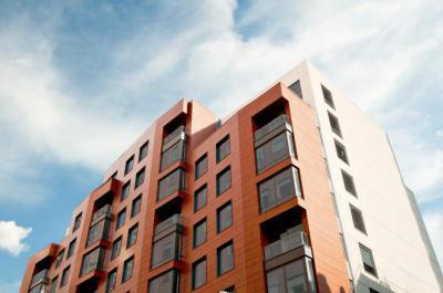 Modern épület színes Lambda Trespa Meteon speciális homlokzatburkolattal - homlokzat ötlet, modern stílusban
