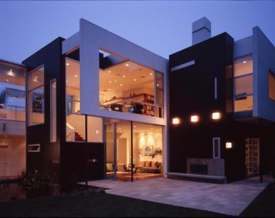 Modern lakóház sok üvegfelülettel és Lambda Trespa Meteon homlokzatburkolattal - homlokzat ötlet, modern stílusban