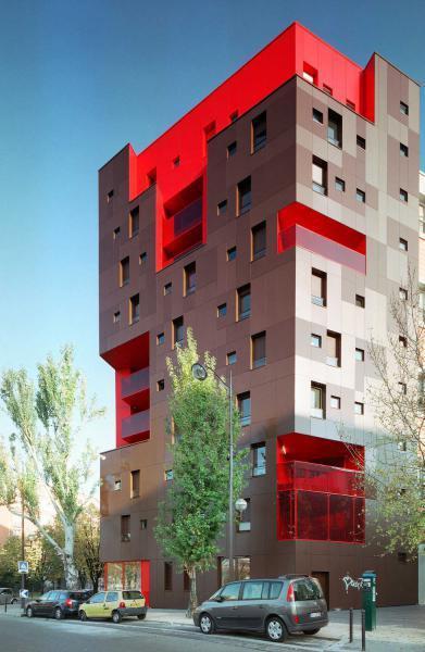 Szürke-piros homlokzat Lambda Trespa Meteon speciális homlokzatburkolattal - homlokzat ötlet, modern stílusban