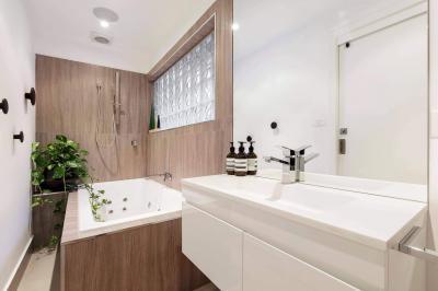 Fahatású burkolat a falon - fürdő / WC ötlet, modern stílusban