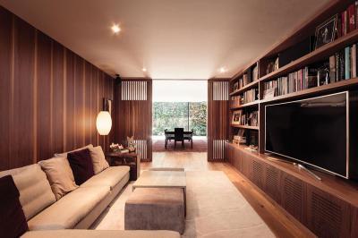 Egységes faburkolat és bútor a nappaliban - nappali ötlet, modern stílusban