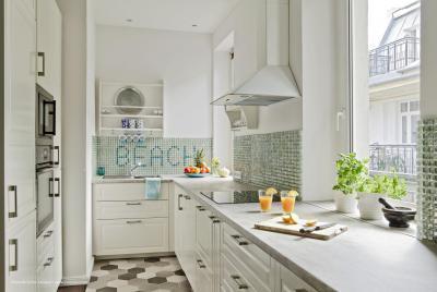 Fehér konyha méhsejt formájú padlóburkolattal - konyha / étkező ötlet, modern stílusban