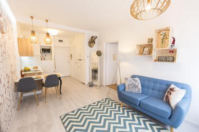 Kis lakás egyterű nappali konyhával - nappali ötlet, modern stílusban