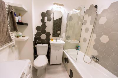 Fürdőszoba méhsejt formájú csempével - fürdő / WC ötlet, modern stílusban
