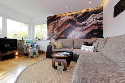 Natúr kanapé és színes fotel a nappaliban - nappali ötlet, modern stílusban
