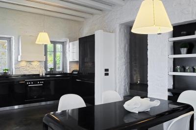 Modern bútorok rusztikus környezetben - konyha / étkező ötlet