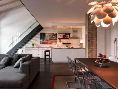 Egyterű nappali, konyha, étkező lépcsővel - nappali ötlet, modern stílusban