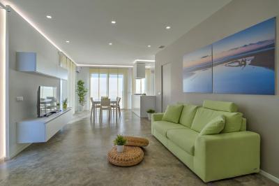 Betonpadló a nappaliban - nappali ötlet, modern stílusban