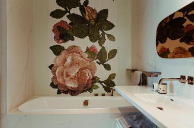 Rózsamintás mozaikcsempe - fürdő / WC ötlet, modern stílusban