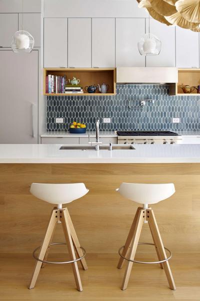 Fehér konyhabútor kék csempével - konyha / étkező ötlet, modern stílusban